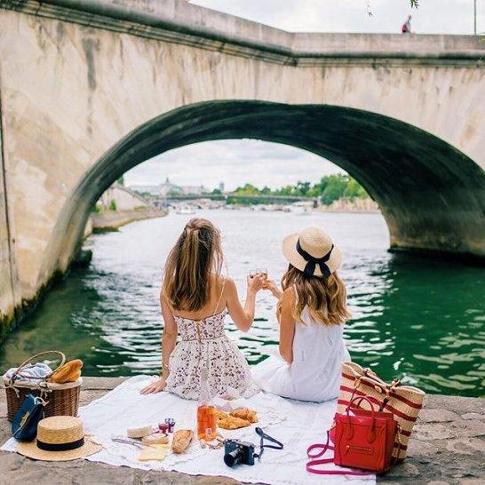 00-holding-perfect-paris-picnics.jpg